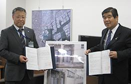 協定を交わす古川会長(右)と、横浜市の立花危機管理監