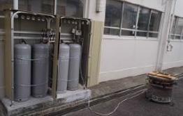 LPガス容器(4本)と「ガスかまどセット」(港北区新田中学校、横浜市提供)